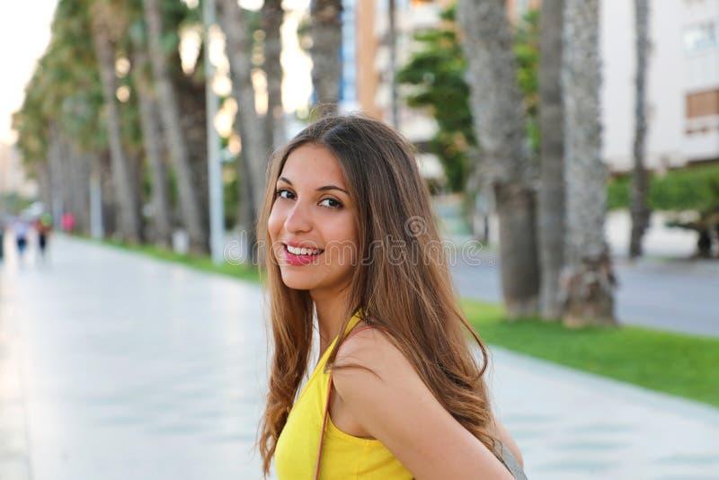 Härlig ung brunettkvinna som går i Malaga promenad, Spanien arkivfoton