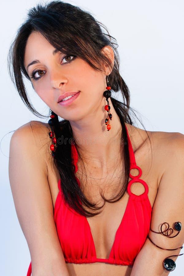 Härlig ung brunettkvinna, stora ögon baddräkt arkivbilder