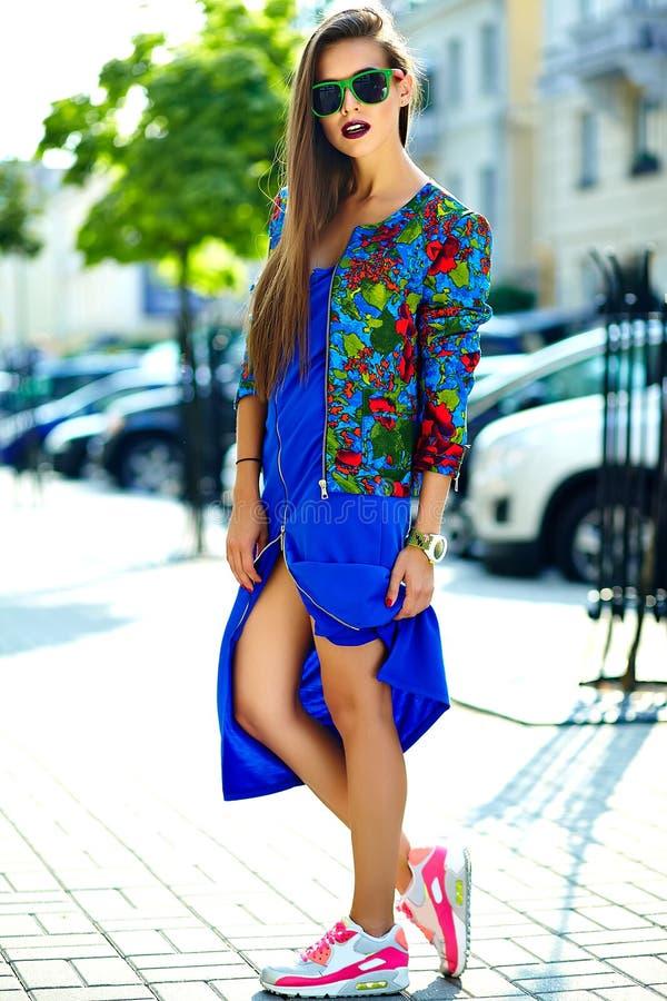 Härlig ung brunettkvinnamodell i färgrik tillfällig kläder för sommarhipster royaltyfri fotografi
