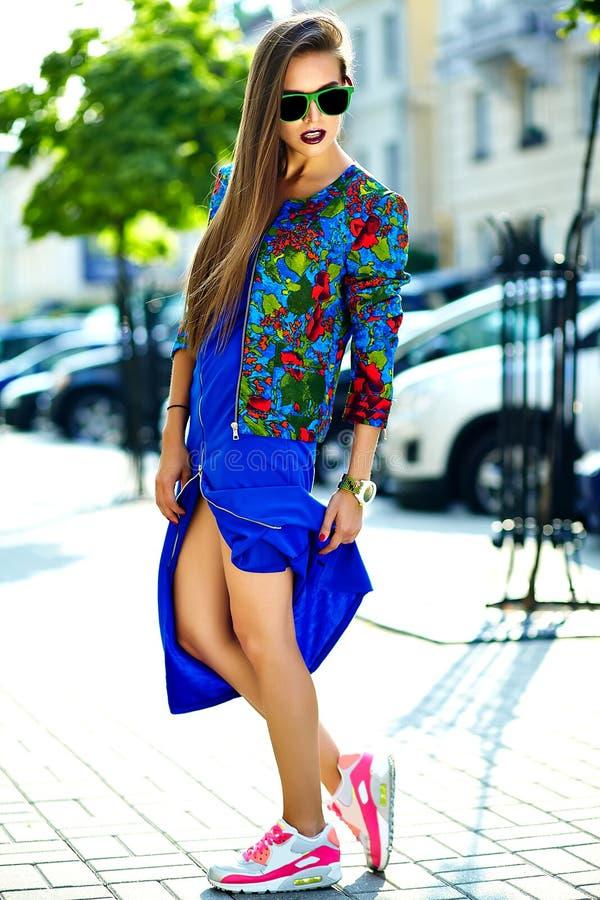 Härlig ung brunettkvinnamodell i färgrik tillfällig kläder för sommarhipster arkivbild