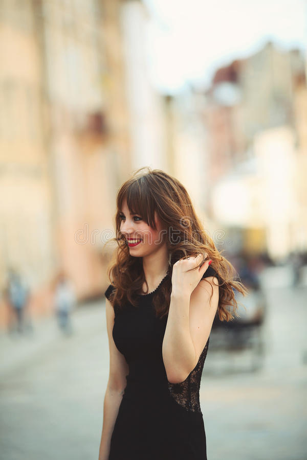 Härlig ung caucasian flicka med lockigt hår utomhus royaltyfria foton