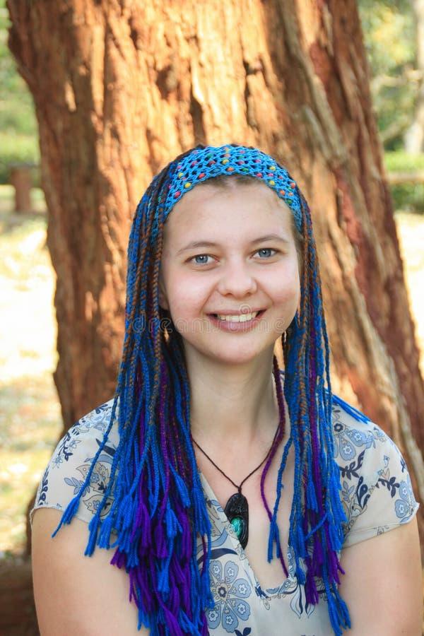 Härlig ung caucasian kvinna med att le för blåa ögon royaltyfri bild