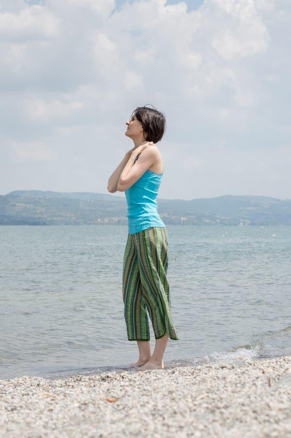 Härlig ung Caucasian kvinna som kyler av i sjön på en sommardag i Sapanca, Turkiet royaltyfri bild