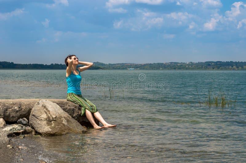 Härlig ung Caucasian kvinna som kyler av i sjön på en sommardag i Sapanca, Turkiet arkivfoton