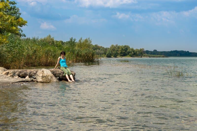 Härlig ung Caucasian kvinna som kyler av i sjön på en sommardag i Sapanca, Turkiet arkivbild