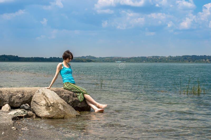 Härlig ung Caucasian kvinna som kyler av i sjön på en sommardag i Sapanca, Turkiet royaltyfri foto