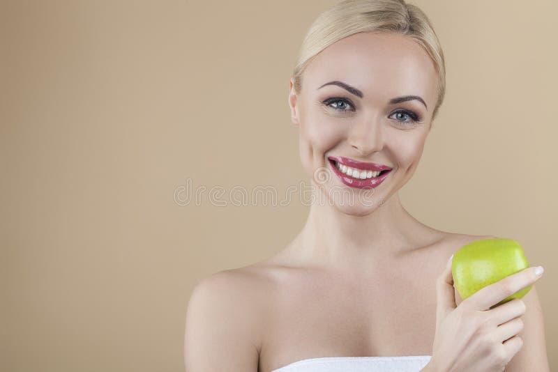 Härlig ung dam med äpplet royaltyfria foton