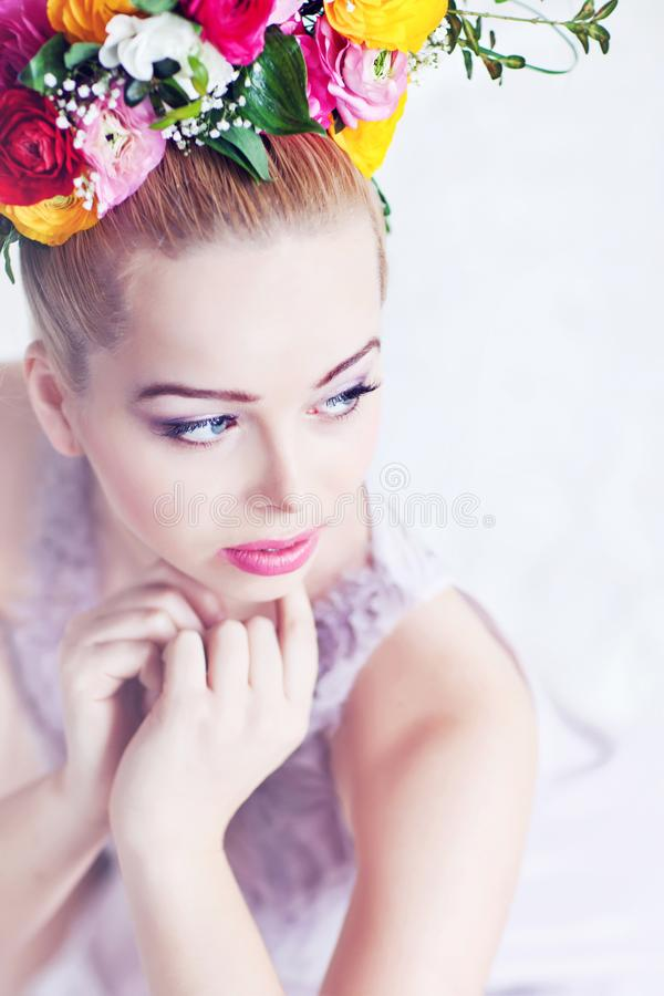 Härlig ung dam med blommor i hennes hår arkivbilder