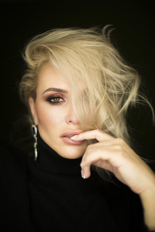 Härlig ung dam med sminkframsidan Närbild av en attraktiv flicka av det europeiska utseendet på mörk bakgrund arkivfoton