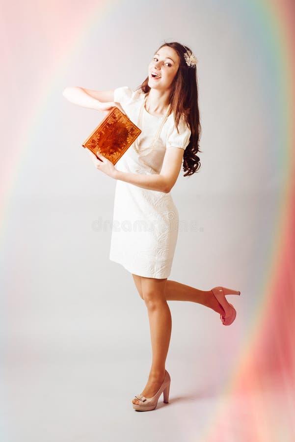 Härlig ung dam som ser asken på bokehbakgrund arkivfoto