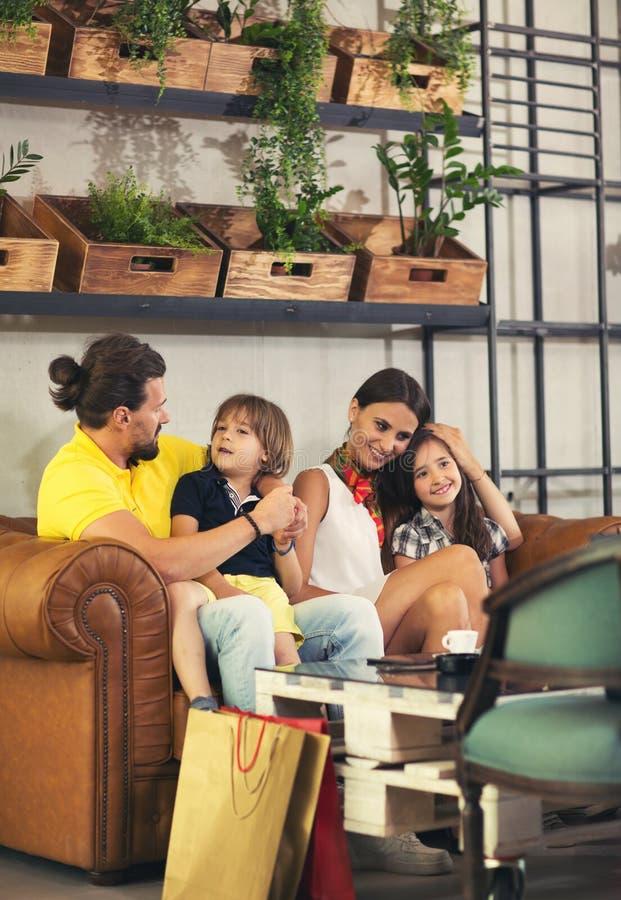 Härlig ung familj, i att vänta för kafé royaltyfri fotografi