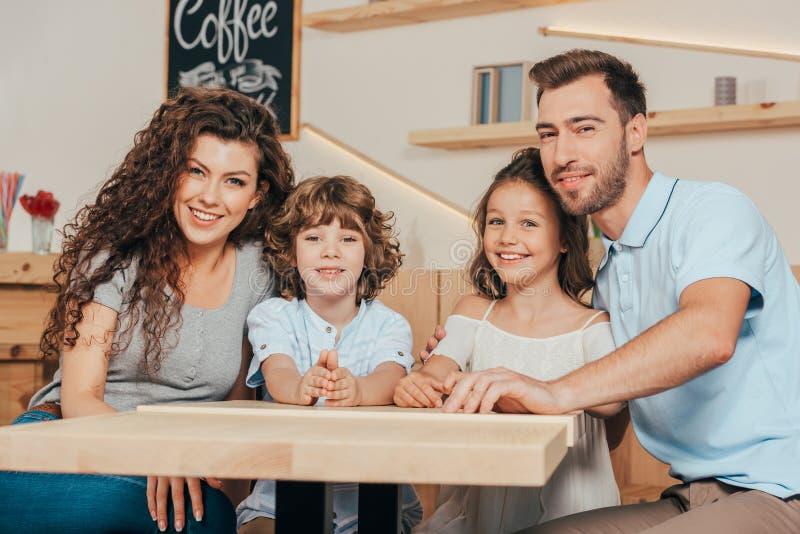 härlig ung familj med två ungar som väntar på beställning fotografering för bildbyråer