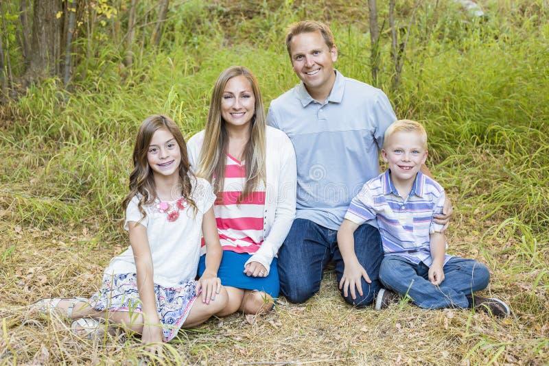 Härlig ung familjstående utomhus royaltyfri bild