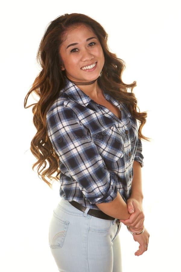 Härlig ung filippinsk kvinna som ler på vit bakgrund royaltyfri fotografi