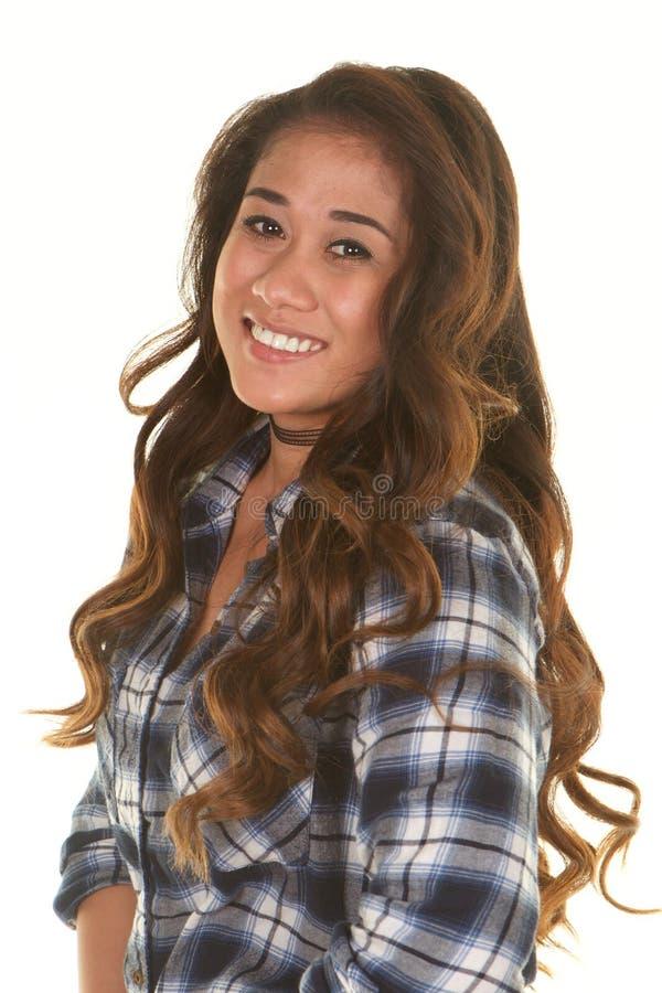 Härlig ung filippinsk kvinna som ler på vit bakgrund arkivbilder