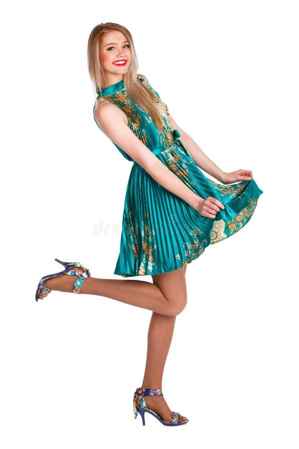 Härlig ung flicka i en grön klänningdans royaltyfri fotografi