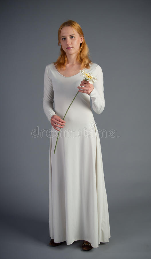 Härlig ung flicka i en historisk klänning fotografering för bildbyråer