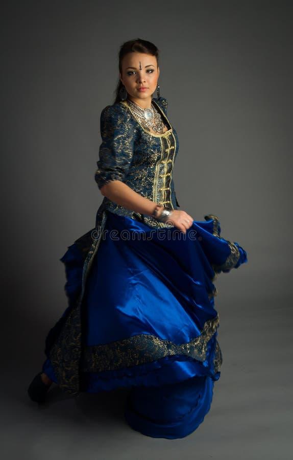 Härlig ung flicka i en historisk klänning royaltyfri bild