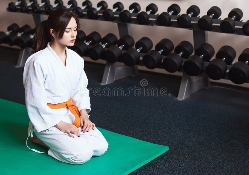 Härlig ung flicka i en kimono arkivbild