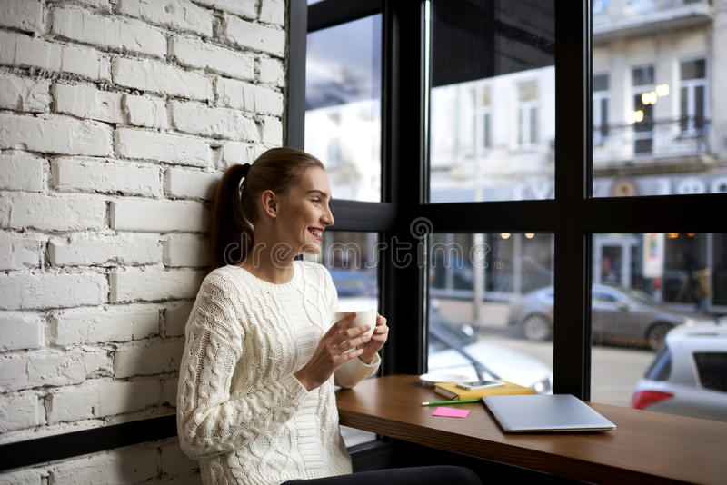 Härlig ung flicka i en ljus tröja arkivbild
