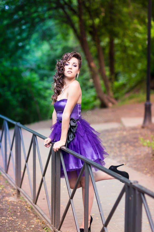 Härlig ung flicka i en utomhus- härlig klänning arkivfoto