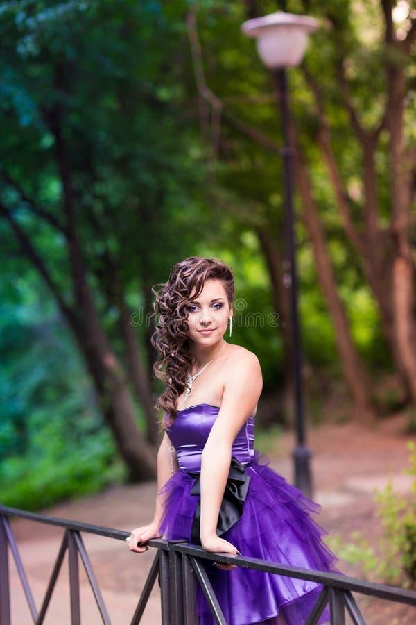 Härlig ung flicka i en utomhus- härlig klänning arkivfoton