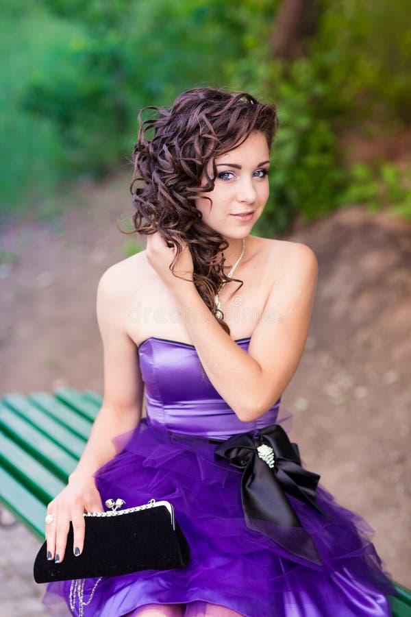 Härlig ung flicka i en utomhus- härlig klänning royaltyfri foto