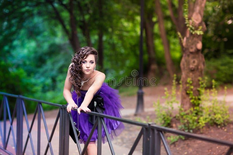 Härlig ung flicka i en utomhus- härlig klänning fotografering för bildbyråer