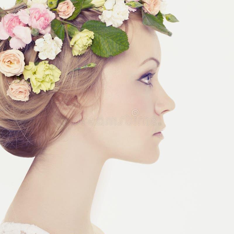 Härlig ung flicka med blommor royaltyfri bild