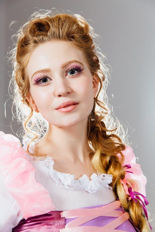Härlig ung flicka med den lockiga frisyren Storartad prinsessa i tappningklänning royaltyfri bild