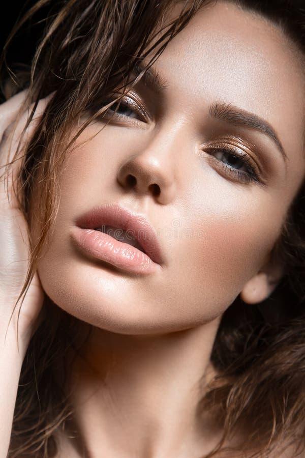 Härlig ung flicka med ett ljust naturligt smink Härlig le flicka royaltyfria foton