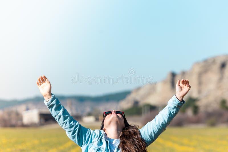 Härlig ung flicka med händer upp royaltyfria foton