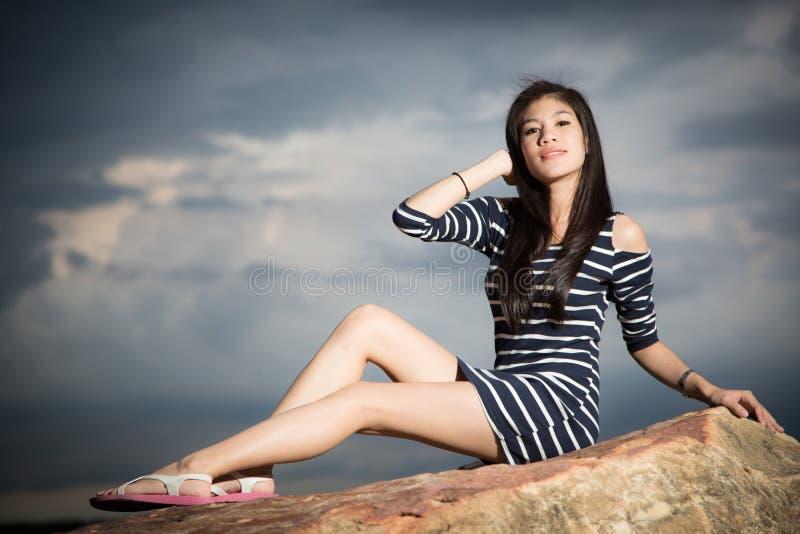 Härlig ung flicka med himmel på bakgrund royaltyfri foto