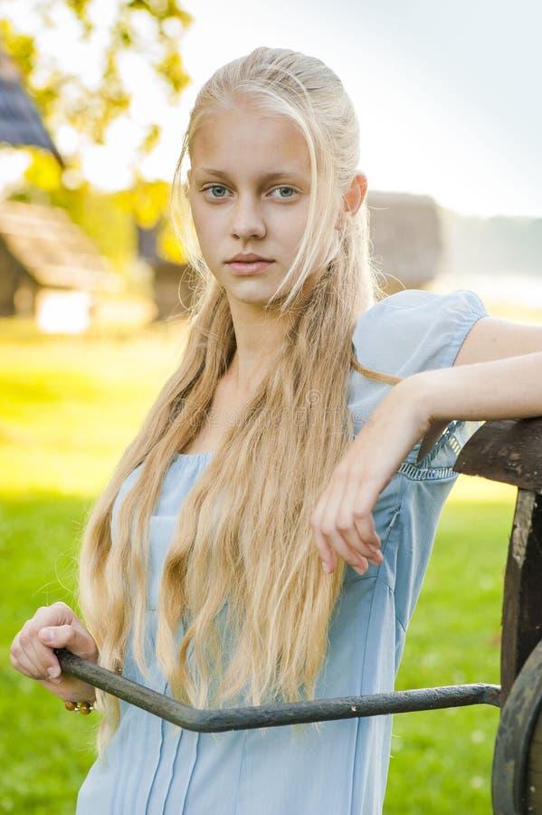 Härlig ung flicka med långt blont hår royaltyfri bild