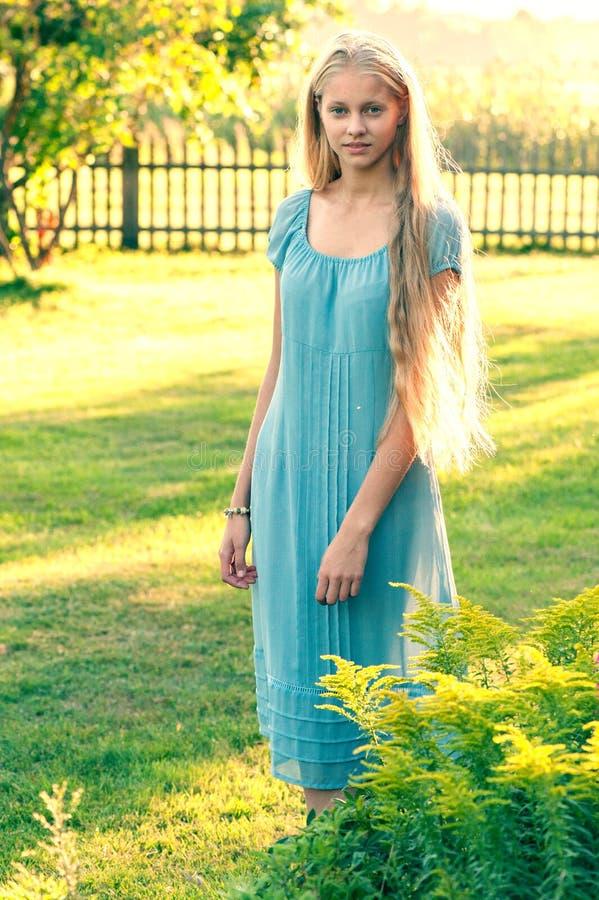 Härlig ung flicka med långt blont hår arkivfoto