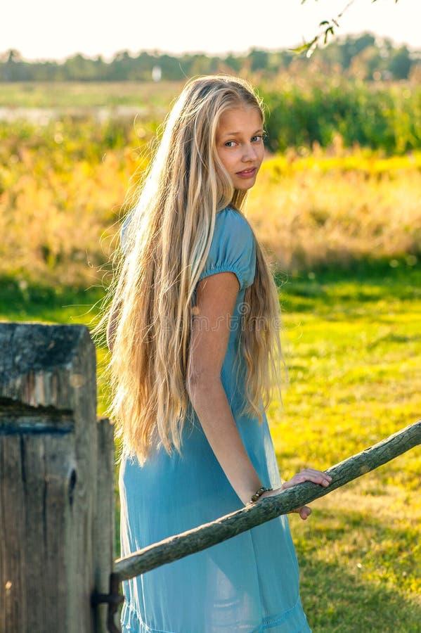 Härlig ung flicka med långt blont hår arkivfoton