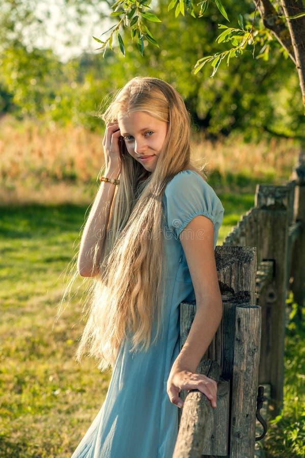 Härlig ung flicka med långt blont hår royaltyfri foto