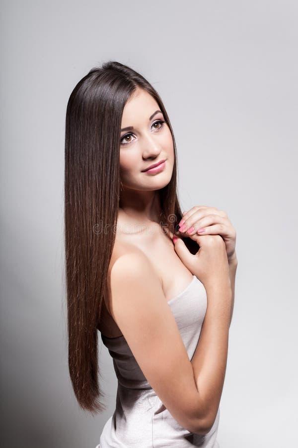 Härlig ung flicka med långt hår arkivfoto