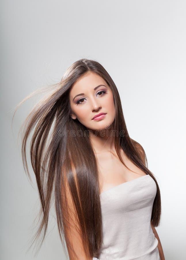 Härlig ung flicka med långt hår arkivfoton