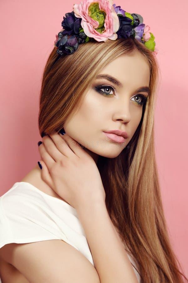 Härlig ung flicka med långt rakt hår med ljus blommas huvudbindel royaltyfri bild