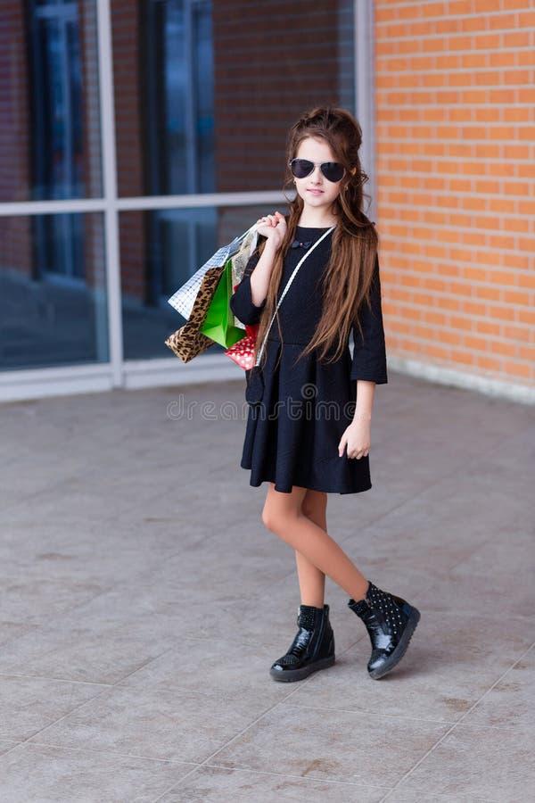 Härlig ung flicka med många packar på uttaget av royaltyfri fotografi