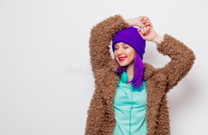 Härlig ung flicka med purpurfärgat hår i omslag arkivfoton