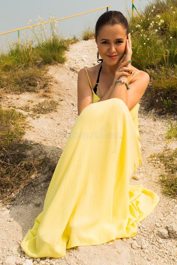 Härlig ung flicka på en gå i parkera royaltyfria foton