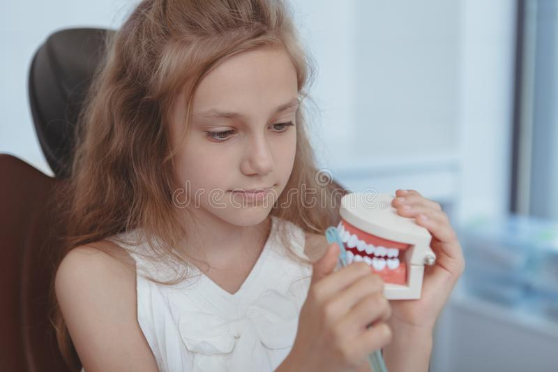Härlig ung flicka som besöker tandläkaren arkivbilder