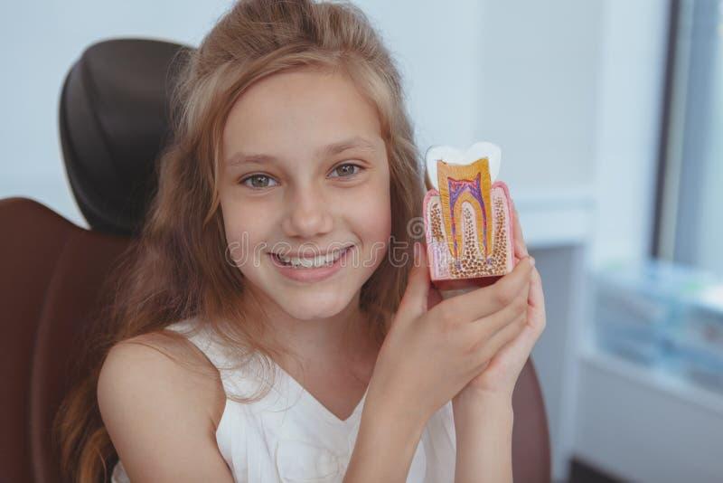 Härlig ung flicka som besöker tandläkaren royaltyfri fotografi