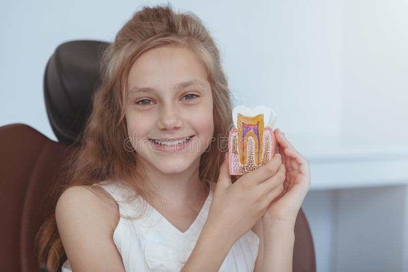 Härlig ung flicka som besöker tandläkaren arkivfoton