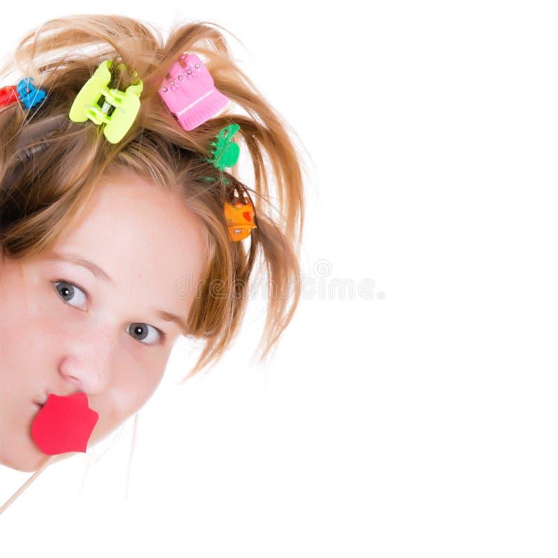 Härlig ung flicka som poserar med röda kantstöttor royaltyfri fotografi