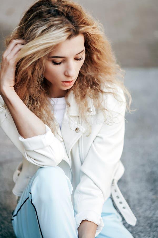 Härlig ung flicka som poserar på kameran fotografering för bildbyråer