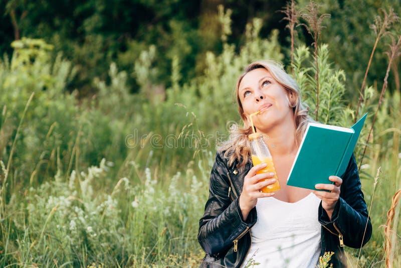 Härlig ung flicka som vilar på en picknick i sommaren arkivbilder