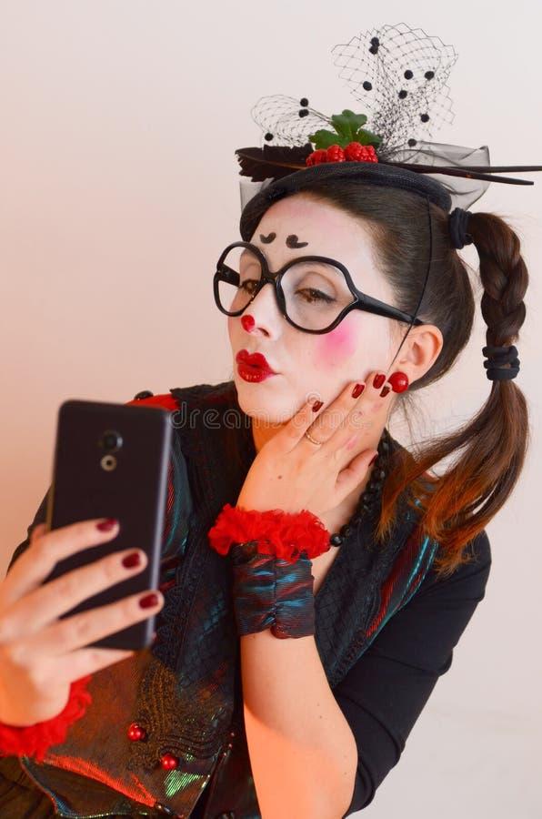 Härlig ung flickafars som gör selfie royaltyfri foto